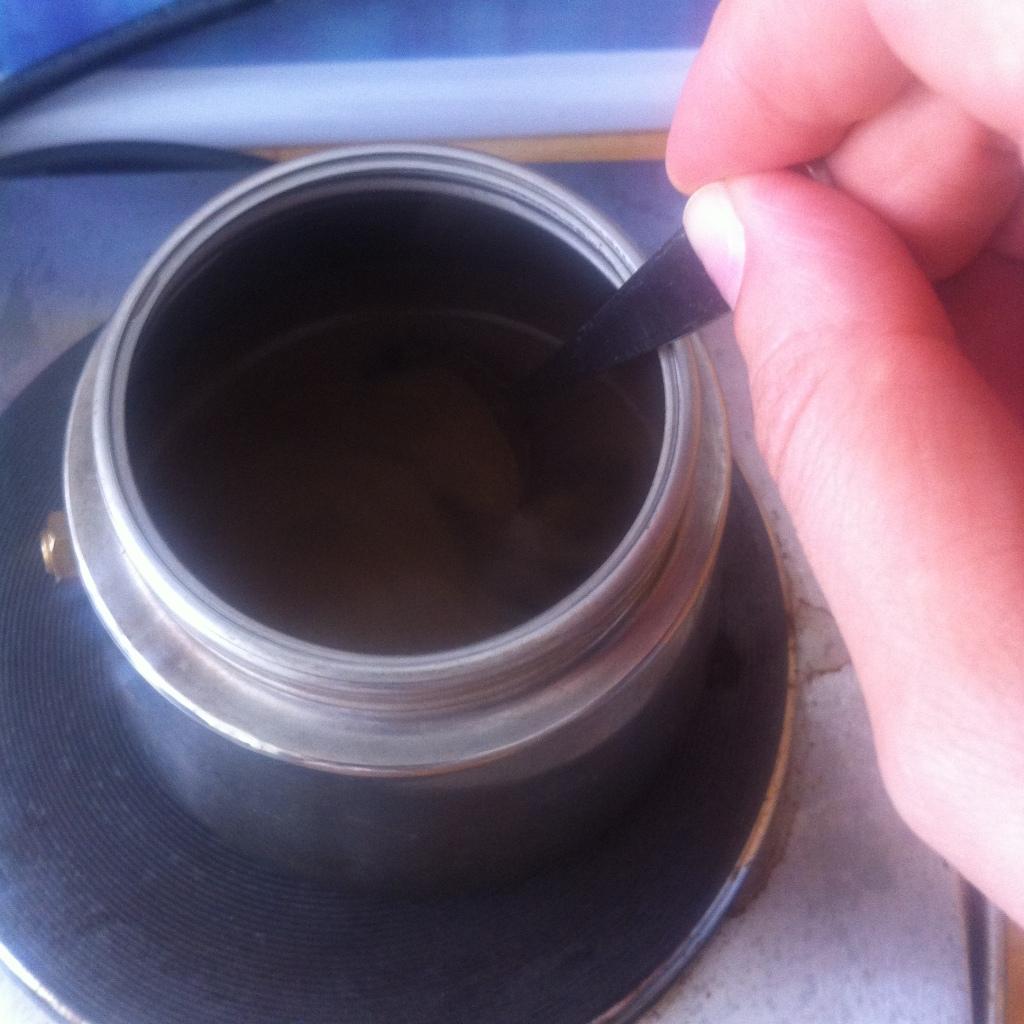 Wir rühren gut um, während der Kaffee köchelt